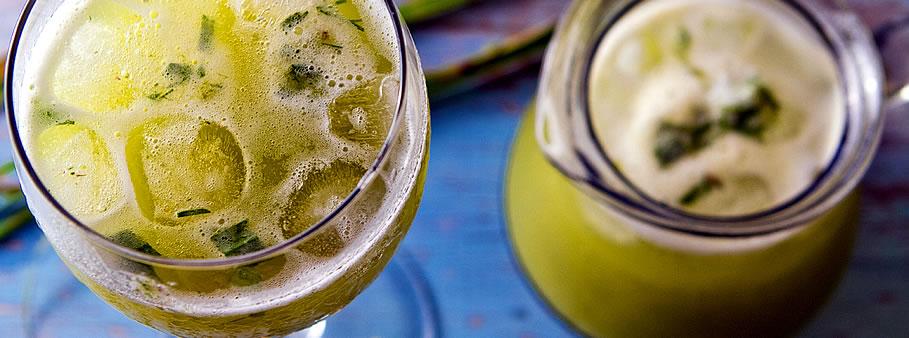 Suco detox de abacaxi com capim limão